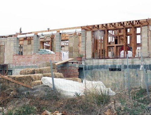 Una parella empren la construcció d'una casa ecosostenible a Freginals