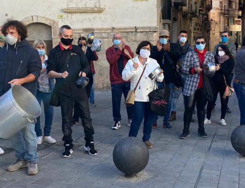 Sonora cassolada del gremi d'hostaleria i restauració de Tortosa contra les restriccions del Govern que obliguen a tancar bars i restaurants