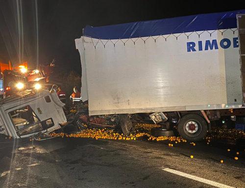 Un mort i dos ferits greus en una col·lisió frontal entre un turisme i un camió a la TP-3311 d'Ulldecona