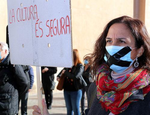 Més de 200 persones es concentren a Tortosa per denunciar que el sector cultural està tocat de mort