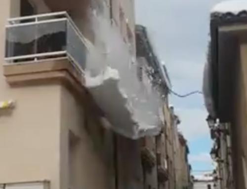 Espectacular despreniment d'una placa de neu de la cornisa d'un edifici de Tivissa