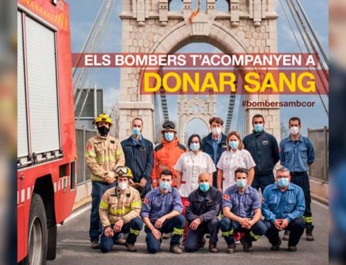 Els Bombers d'Amposta davant el del Pont Penjant, imatge central de la campanya 'Els bombers t'acompanyen a donar sang' a tot el país