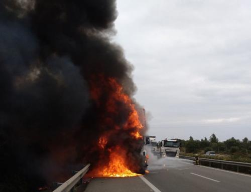 Tallada l'AP7 a l'Ametlla de Mar per l'incendi d'un camió