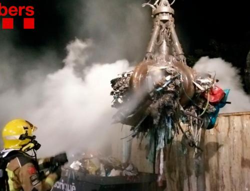 Els Bombers apaguen un incendi d'un contenidor de residus industrials entre Gandesa i Corbera d'Ebre