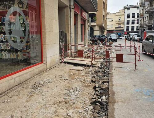 En marxa, les obres d'arranjament de les voreres del carrer d'Alcanyís i de l'entorn de la plaça 1 d'Octubre, a Ferreries