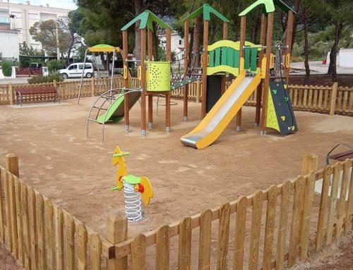 L'Ajuntament renova el parc infantil de la plaça Sancho Panza, d'Alcanar Platja