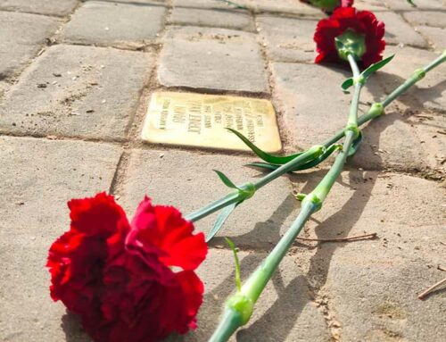 El Memorial Democràtic homenatja víctimes ampostines del nazisme amb dues llambordes Stolpersteine al municipi