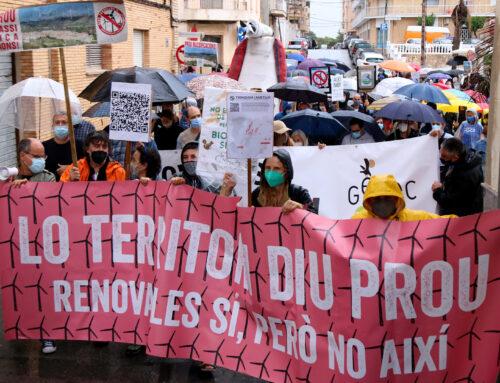Prop de 300 persones reclamen un nou model energètic i la derogació del decret de les renovables a l'Ametlla de Mar