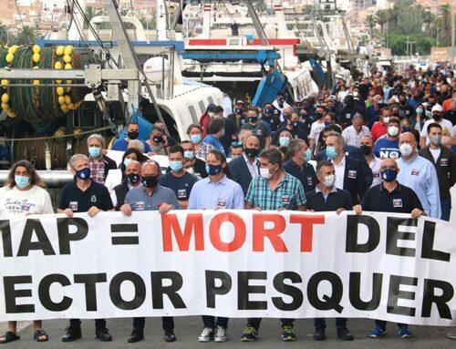 Els pescadors es manifesten al port de la Ràpita contra la normativa europea que limita l'arrossegament