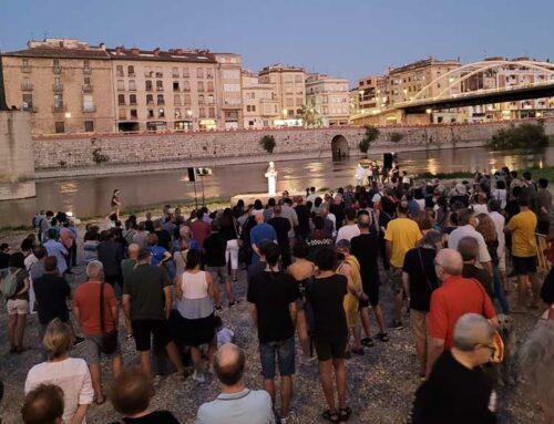 Unes 400 persones protesten per exigir la retirada del monument franquista de la Batalla de l'Ebre a Tortosa