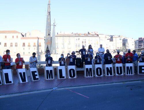 Unes 200 persones defensen a Tortosa la permanència del monument franquista a la batalla de l'Ebre