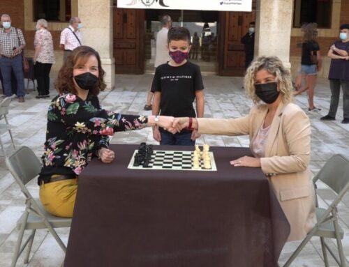Sabrina Vega i Xavier Mompel protagonitzen una exhibició de partides simultànies d'escacs al centre de Tortosa