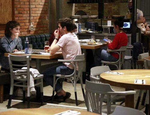El Govern amplia a 10 els comensals per taula a l'interior de restaurants i autoritza el 60% de públic als grans espais