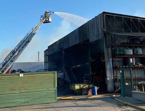 Una dotzena de dotacions dels Bombers segueixen treballant en l'incendi d'una planta de reciclatge a Amposta
