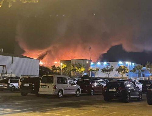 Nou dotacions de bombers treballen contra el foc que s'ha declarat a una nau del Polígon de Tosses